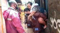 Kapolsek Kapolsek Cilandak AKP Iskandarsyah Gendong Warga Saat Evakuasi Banjir