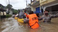 Personil gabungan TNI dan POLRI gerak cepat nembantu evakuasi korban kebanjiran di Jakarta dan Bekasi