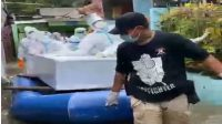 Evakuasi Jenazah Covid-19 Di Tengah Banjir Yang Menggenagi Jakarta Menuju Pemakaman