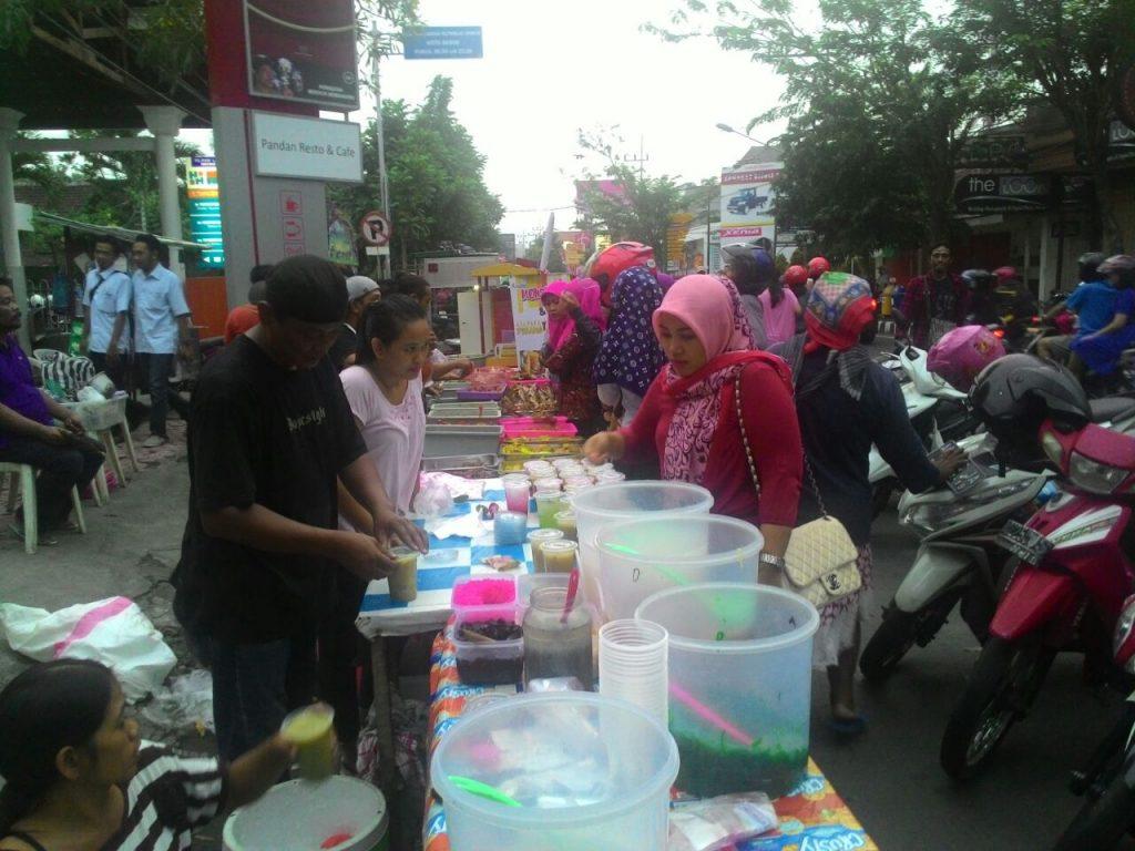 Foto: Pedagang Takjil Dikrumuni Para Pembeli