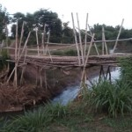 Jembatan bambu darurat. Membahayakan.jpg