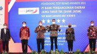 Gubernur Jatim Khofifah Terima Penghargaan sebagai Top Pembina BUMD 2021