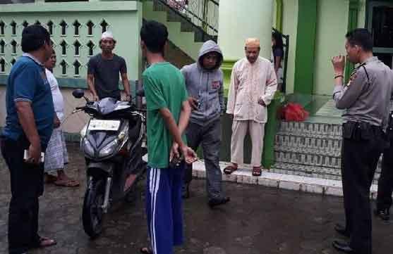 bayi-dibuang-dalam-masjid