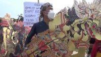 Pekerja Seni Menangis di Tepi Jalan Tak Kuat Bayar Utang