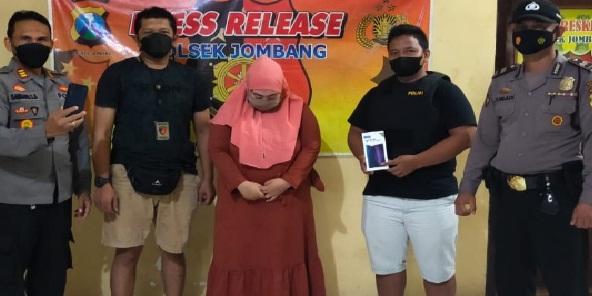 Perawat Nyuri Handphone d Klinik Kecantikan, Terekam CCTV