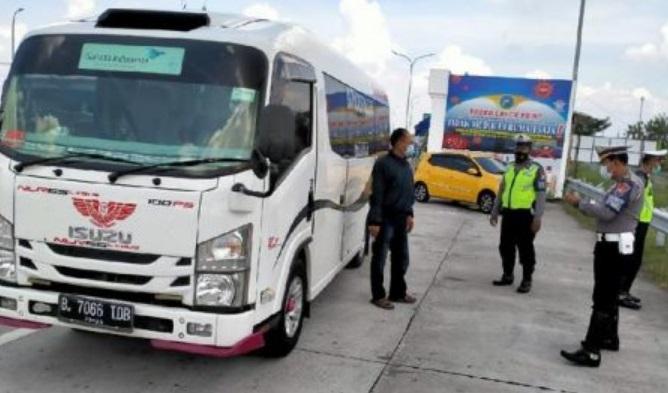 Travel Gelap Bawa 15 Pemudik Diamankan  di Tol Ngawi